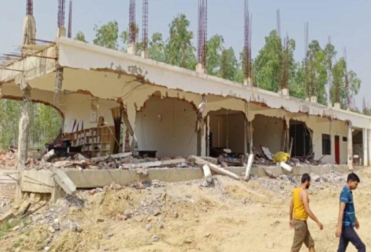 शराब माफिया पर फूटा स्थानीय लोगों का गुस्सा, गिरा दी कॉलेज की बिल्डिंग