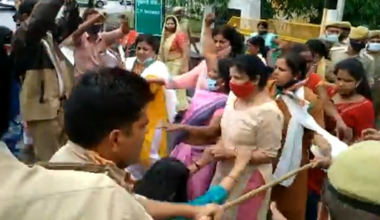 लखनऊ : मुख्यमंत्री आवास घेरने जा रही कांग्रेस महिला कार्यकर्ताओं को पुलिस ने रोका