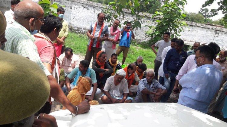 बलिया : गेहूं खरीद न होने से नाराज किसानों ने रोकी एसडीएम की गाड़ी