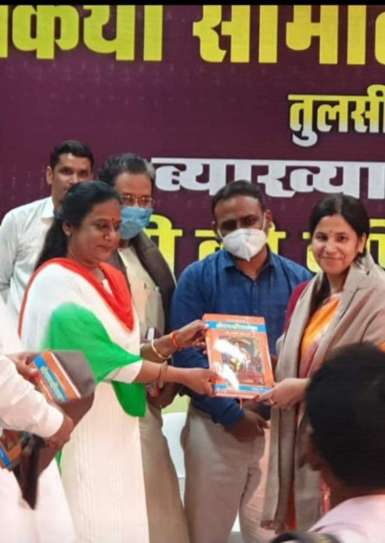 तुलसी दास जयंती के अवसर साहित्यकार डॉ अरुणा पाठक हुई सम्मानित